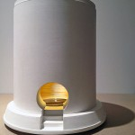 « Camera » 2010-15. La chambre de captation. Jean-Charles Pigeau Modèle réduit au dixième, plâtre et feuille d'or. Hauteur 50 cm. Socle diamètre 42 cm