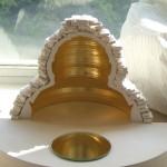 """Cellule de méditation pour Baca. 2010. Maquette au dixième. Feuille d'or. Miroir concave. """"冥思室"""" baca 2010,比例 1/10,镀金,凹面镜"""