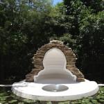 Cellule de méditation pour Baca. 2011. Pierres du Yucatan. Nymphéas. Ciment masaroca. Miroir acier inoxydable poli.