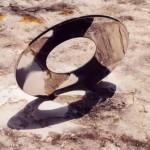 Partie concave acier poli, partie convexe sablée. Anneau en acier inox, diamètre 33 cm. Ouverture centrale de 14 cm. Epaisseur 6 mm.