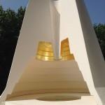 Axis Mundi. Modèle réduit. Plâtre, feuille d'or et miroir. Hauteur 40 cm. Diamètre base 46 cm