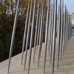 « Pluie céleste » ». Maquette au dixième. 2011 Modèle réduit au dixième.100 fuselages en acier inoxydable poli de 30 cm de long. Support bois samba 1,45 m x  0,35 m x 5 cm. « Pluie céleste 2010 » découle de ma visite déterminante du temple Sanjusangendo à Kyoto en juillet 2010. L'installation est constituée de mille corps fuselés en acier inoxydable poli, renvoyant au caractère lumineux des mille Kannon ; statues bouddhiques en bois doré alignées  dans le temple.