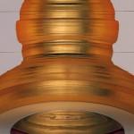 Akade 2011 produit par la Fondation d'Entreprise Hermès. Exposition personnelle La Verrière. Bruxelles. Sculpture diamètre 2.60m. Hauteur 2 m. Socle 4.60 m x 2.30 m. Matériau composite et enduit époxy blanc. Dorure à la feuille.Miroir en acier inoxydable, diamètre 1.20 m.