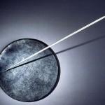 Sans titre 1985. Disque de résine avec particules d'acier. Diamètre 1m Javelot 2,10m