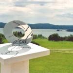 Le Point du jour 2004 Anneau en acier inox de 30 cm, table / support en ciment blanc, hauteur totale : 1,32 m. Au fond à droite, l'île Sainte-Croix.