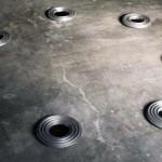 Célestographies 1998-1999  Ensemble de sept éléments d'aluminium de diamètre 0,315 m reposant au sol sur sept platines acier inox diamètre 0,16 m épaisseur 0,02 m.