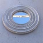 Célestographies 1998-1999Ensemble de sept éléments d'aluminiumde diamètre 0,315 m reposant au solsur sept platines acier inoxdiamètre 0,16 m épaisseur 0,02 m.