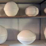 Deux vues de Cosmogonies (1997) Plâtres sur étagères