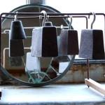 Poids Lourds 1983 Poids de machine à tricoter en fonte de fer, suspendus sur structure métal/bois 20x20x23 cm, miroir circulaire brisé