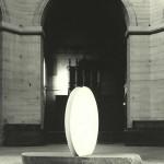 Sans titre 1990 Deux disques en résine et plâtre. Diamètre 2 m dalle de granit 3,40 m x 1,20 m x 0,25 in exposition personnelle Chapelle de la Salpêtrière. Paris 1991