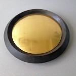Cercle en chevron, acier doux, diamètre 42 cm x 6 cm. Disque de bronze convexe poli et doré à la feuille