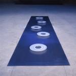 Transespace 1990.  Feuille de plomb. Lg 4 m, lg 1m. 5 coupelles de verre , 5 disques de verre émaillés blanc diamètre 35 cm