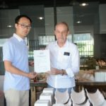 Remise du certificat de résidence au Shangyu-celadon International Ceramic Center, aout 2018.